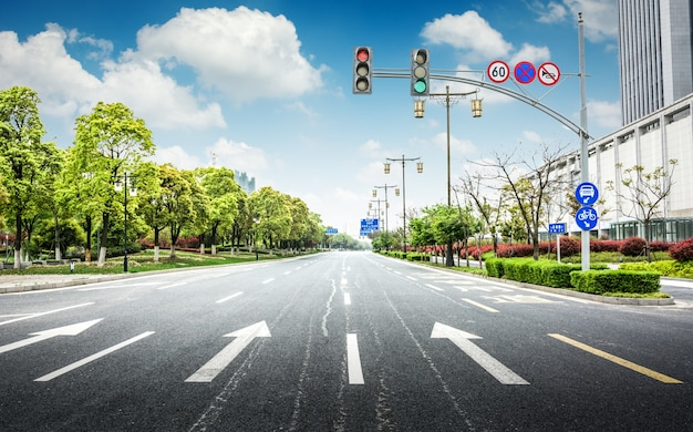 Estrada de asfalto vazia através da cidade moderna na china.