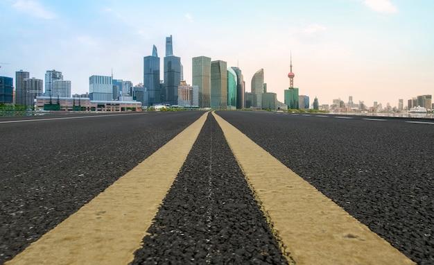 Estrada de asfalto vazia através da moderna cidade de xangai, china