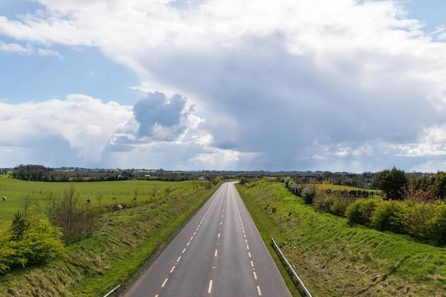 Estrada de asfalto vazia e céu nublado