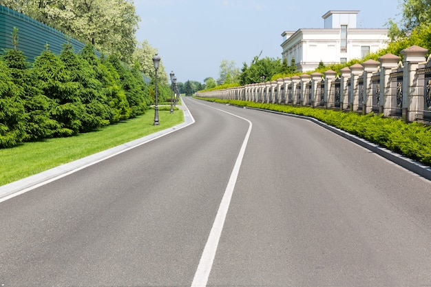 Estrada de asfalto vazia