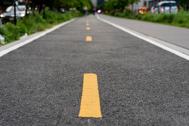Estrada de bicicleta contínua com fundo desfocado