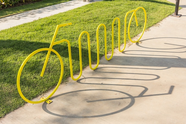 Estrada de bicicleta no outono. símbolo de bicicleta no asfalto