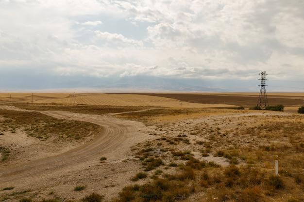 Estrada de campo nas estepes do cazaquistão, bela paisagem