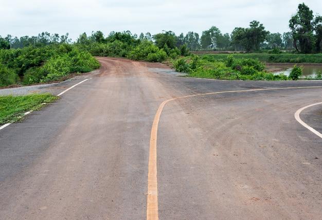 Estrada de cascalho e estrada de asfalto