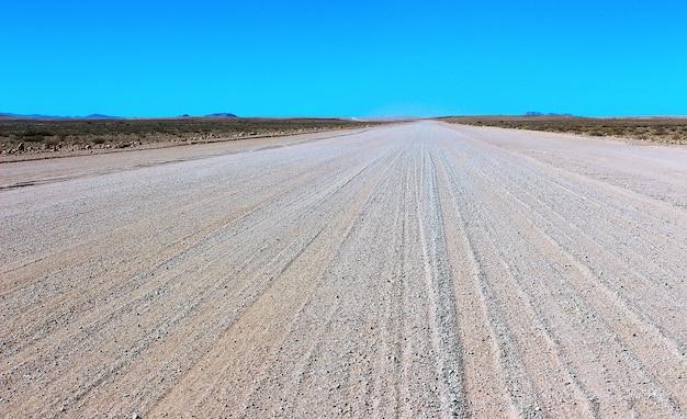 Estrada de cascalho no deserto do namibe