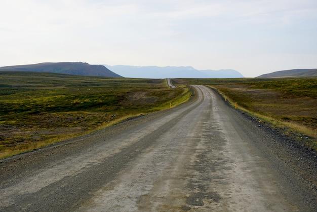 Estrada de cascalho típica na islândia ocidental.