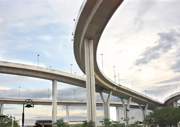 Estrada de construção e curva