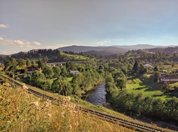 Estrada de ferro das montanhas de carpatian. ferrovia. paisagens de verão