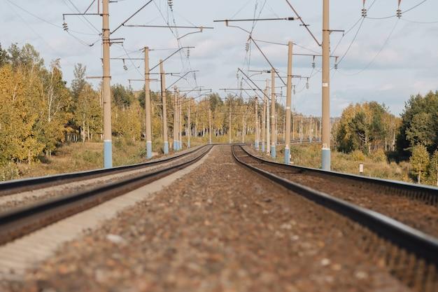 Estrada de ferro. dois trilhos de trem se afastam.