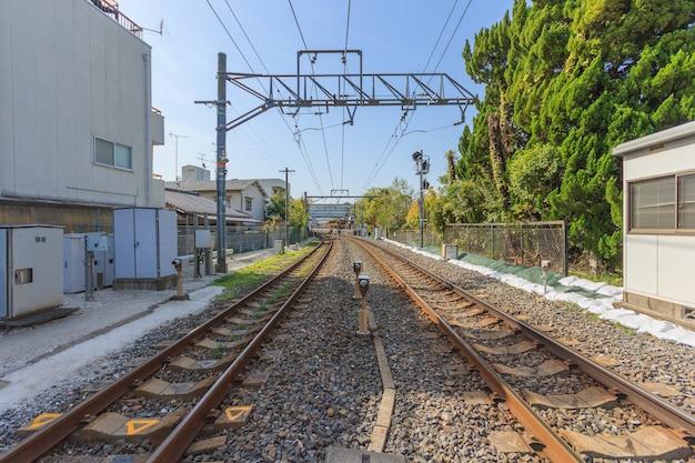 Estrada de ferro local e cruzamento de estrada de ferro em kyoto, japão.