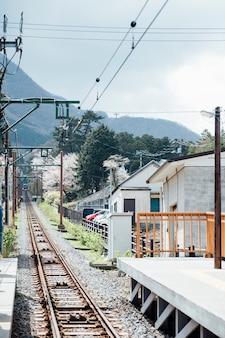 Estrada de ferro na área local, japão