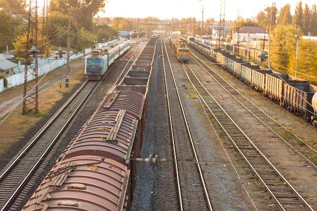 Estrada de ferro. vagões de carga que transportam cargas diferentes. conceito indústria pesada