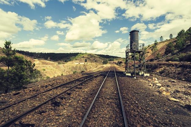 Estrada de ferro velha na paisagem de mineração