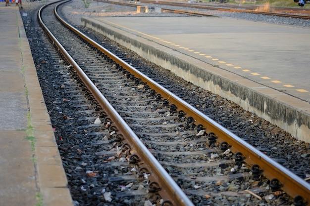Estrada de ferro velho da cura do vintage na rocha para o transporte.