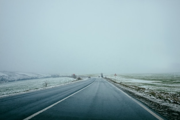 Estrada de inverno. a pista