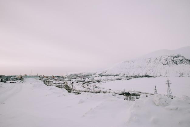 Estrada de inverno e árvores com neve e alpes paisagem