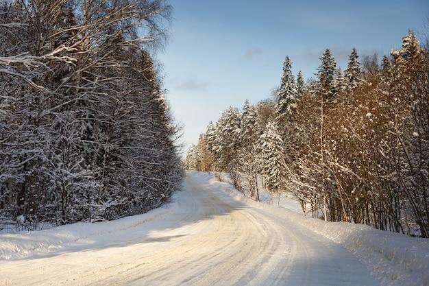 Estrada de inverno em paisagem de floresta gelada com neve