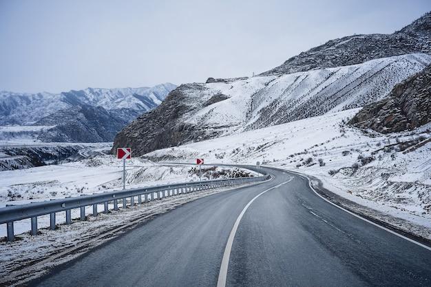 Estrada de inverno nas montanhas. neve.