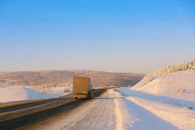 Estrada de inverno nas montanhas. o caminhão viaja ao longo da estrada
