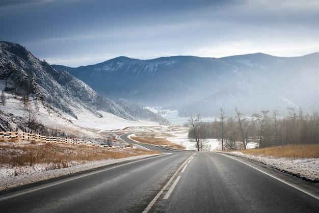 Estrada de inverno nas montanhas. tempo ensolarado.