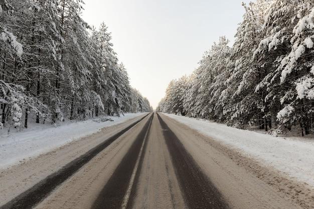 Estrada de inverno vazia