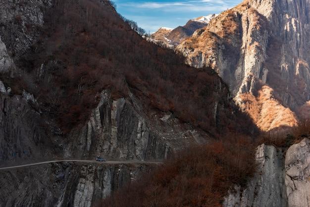 Estrada de montanha ao longo de penhascos íngremes