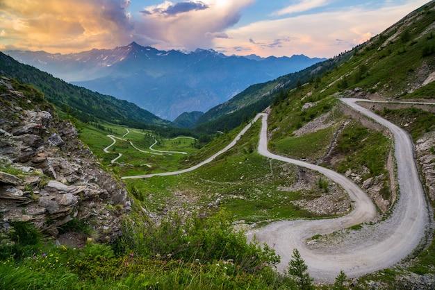 Estrada de montanha de sujeira, levando a passagem de alta montanha na itália
