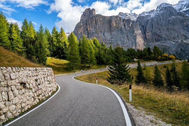 Estrada de montanha estrada da montanha dolomita - itália