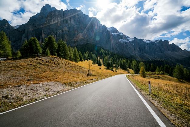 Estrada de montanha estrada da montanha dolomita, itália