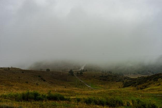 Estrada de nevoeiro nas montanhas do cáucaso