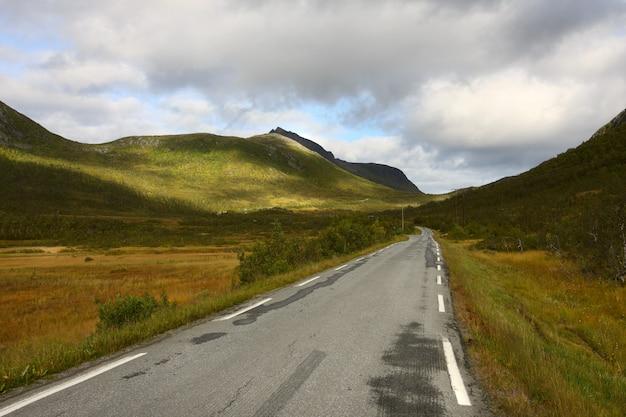 Estrada de outono nas montanhas norueguesas