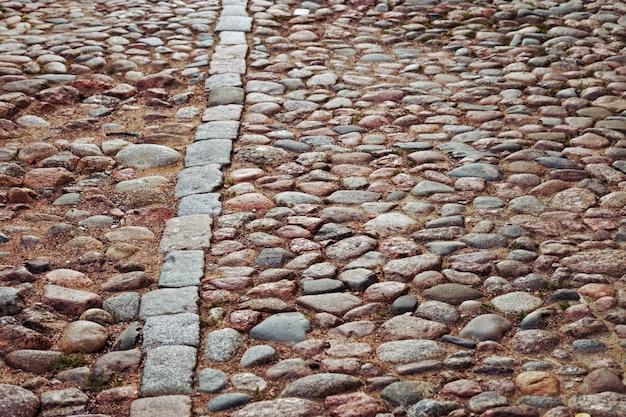 Estrada de paralelepípedos. grandes pedras na estrada.