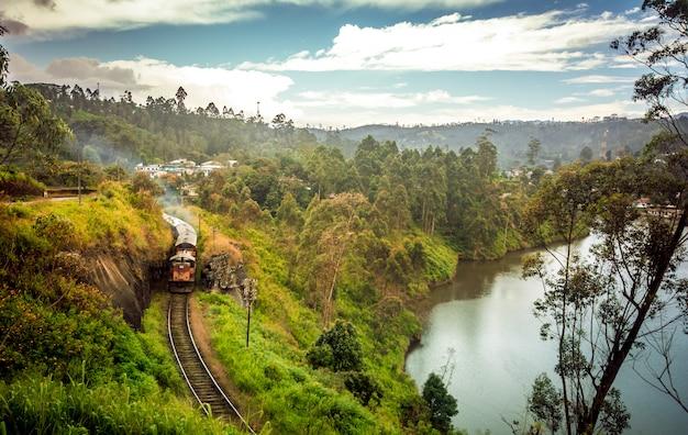 Estrada de sri lanka thalawakele ferroviária sobre o reservatório