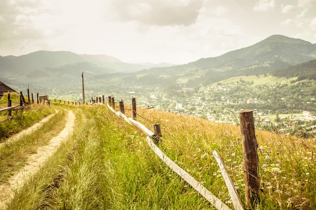 Estrada de terra em um fundo de montanhas cárpatos, filtro