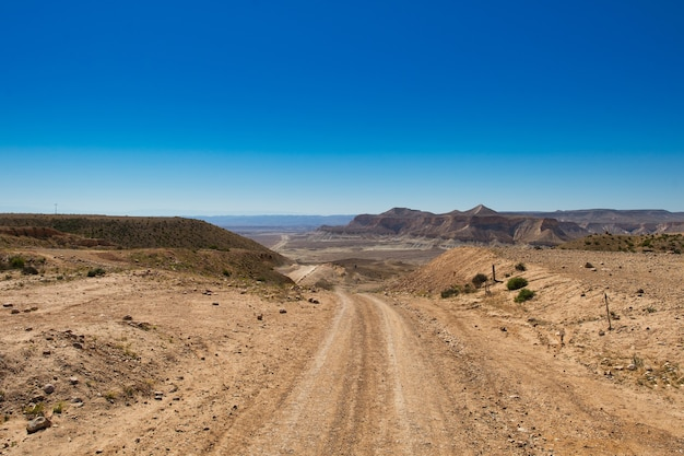 Estrada de terra entrando no deserto em israel