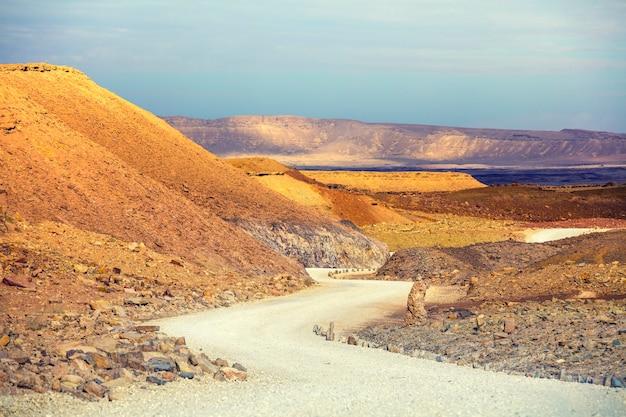 Estrada de terra na cratera makhtesh ramon, deserto de negev, israel