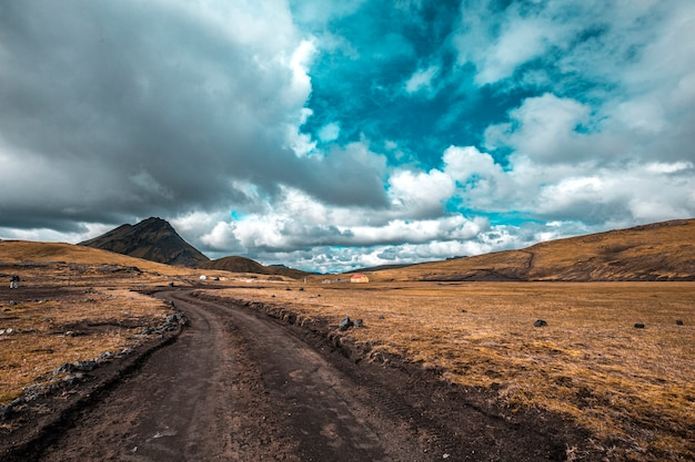 Estrada de terra na trilha de 54 km de landmannalaugar, islândia