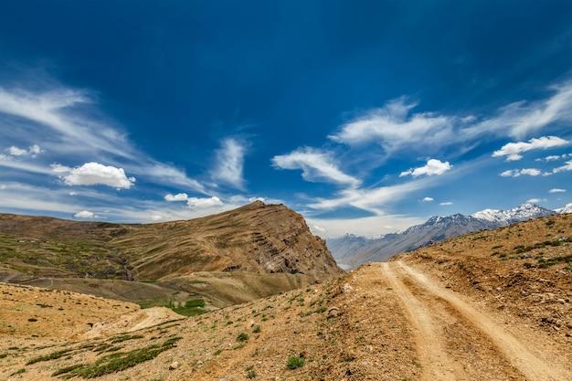 Estrada de terra no himalaia