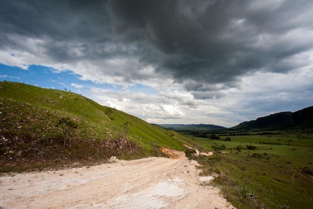 Estrada de terra rural com céu escuro tempestade