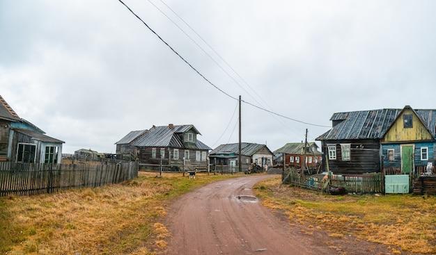 Estrada de terra rural. uma pequena vila autêntica na costa do mar branco. fazenda coletiva de pesca kashkarantsy. península de kola. rússia.