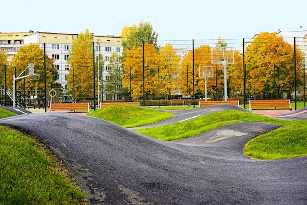 Estrada de trilha de bicicleta localizada no playground da cidade