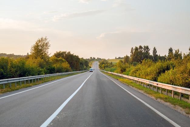 Estrada de velocidade através do campo. roada asfaltada