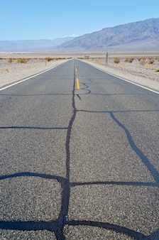 Estrada deserta quente no parque nacional de vale da morte, eua