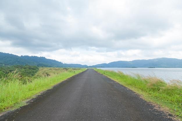 Estrada direta ao longo do reservatório de água.