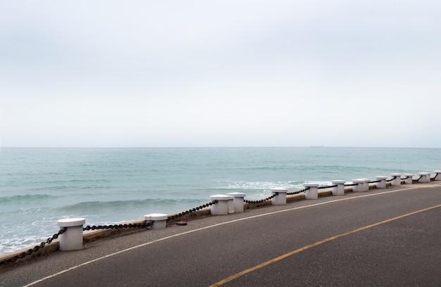 Estrada do espaço livre para sua decoração e paisagem do oceano
