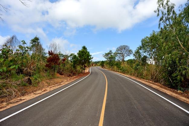 Estrada e céu azul