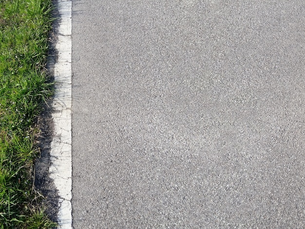 Estrada e grama