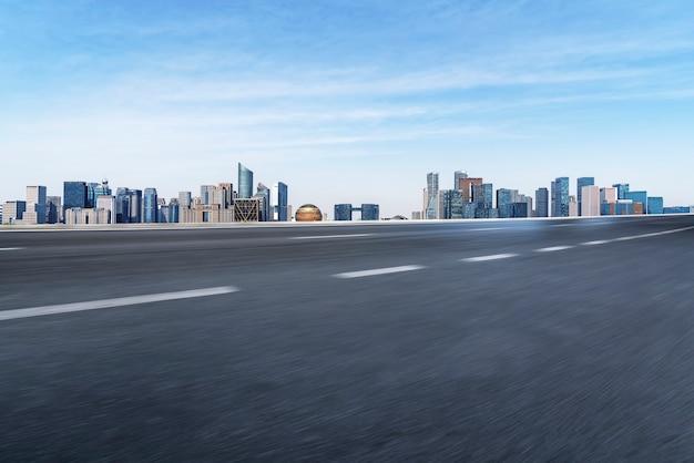 Estrada e linha do horizonte da arquitetura urbana