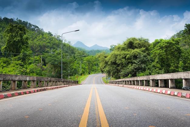 Estrada e montanha na província da tailândia