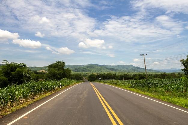 Estrada e montanha sinuosa em área rural